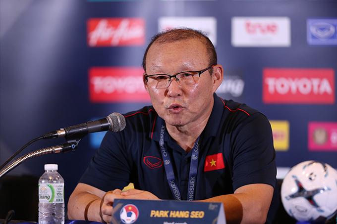 HLV Park Hang-seo trả lời họp báo sau chiến thắng trước Thái Lan. Ảnh: Đức Đồng.