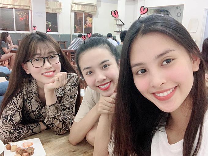 Á hậu Phương Nga pose ảnh bên Thúy An và Hoa hậu Tiểu Vy. Người đẹp cho biết: Vào SàiGòn phố chỉ để đi ăn chơi với hai nàng này.