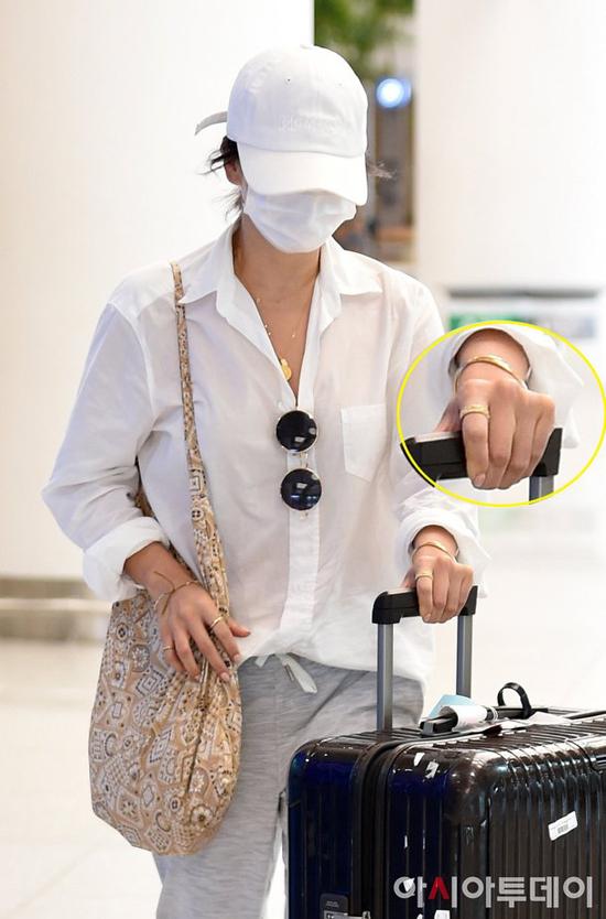 Song Hye Kyo xuất hiện tại sân bay Incheon hôm 5/5, nữ diễn viên trở về Hàn Quốc sau chuyến nghỉ bí mật ở Bali. Nữ diễn viên được cho là đi riêng, không có ông xã Song Joong Ki đi cùng, vì anh đang bận bịu quảng bá phim mới.