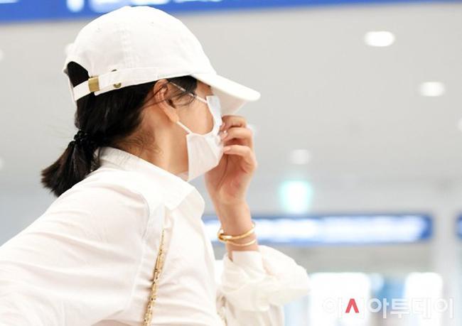 Song Hye Kyo ăn mặc đơn giản, rộng rãi, che chắn kín như bưng.