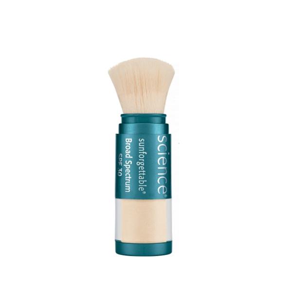 Á hậu dùng phấn chống nắng Colorescience Sunforgettable Total Protection Brush On Shield SPF 50 để bảo vệ da khi phải di chuyển nhiều ngoài nắng.