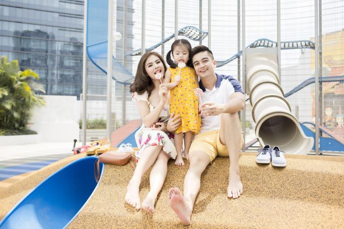 Gia đình Vân Trang diện trang phục Old Navy dạo chơi cuối tuần
