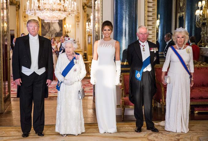 Tối 3/6, người đẹp 7X xuất hiện lộng lẫy với thiết kế Dior tại yến tiệc ở Điện Buckingham do Nữ hoàng Elizabeth II thết đãi.