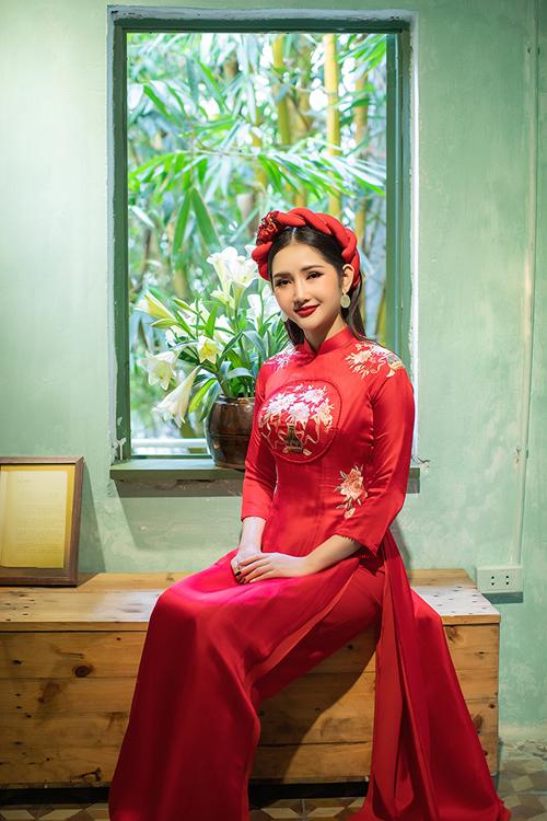 Thiết kế có 2 lớp áomềm mại, tạo sự thướt tha trong từng nhịp bước của cô dâu. Họa tiết hoa cỏ mùa hạ được điểm đối xứng ở hai cầu vai và eo mang đến sự nữ tính cho tà áo lụa.
