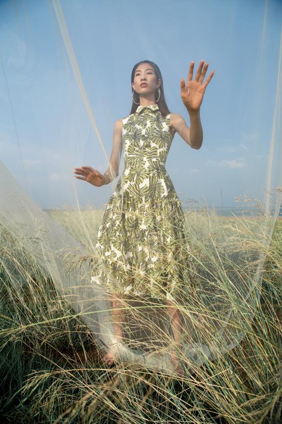 Trên các chất liệu mềm mại nhà thiết kế đã mang tới những dáng váy thanh lịch và giúp người mặc có được sự thoải mái.
