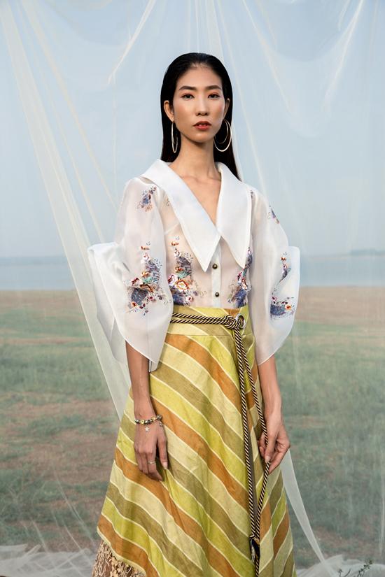 Bộ ảnh được thực hiện với sự hỗ trợ của nhiếp ảnh Huỳnh, người mẫu Trang Phạm, trang điểm PhạmTrọng Huấn.