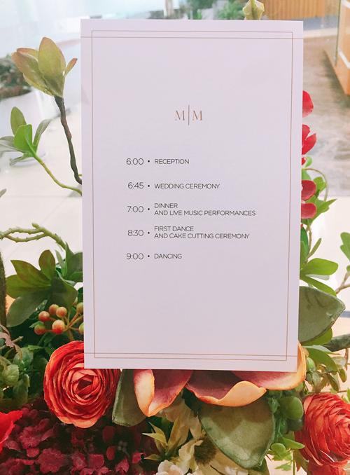 Chương trình cưới của uyên ương được ghi ở mặt sau tấm thiệp.