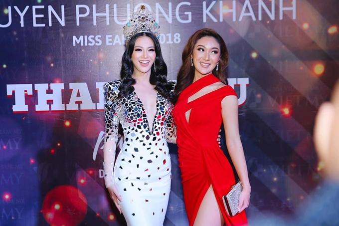 Một lần hiếm hoi khác mà Phương Khánh đội vương miện là trong tiệc cám ơn tại Việt Nam. Cô đọ dáng bên Miss Earth 2017 - Karen Ibasco.