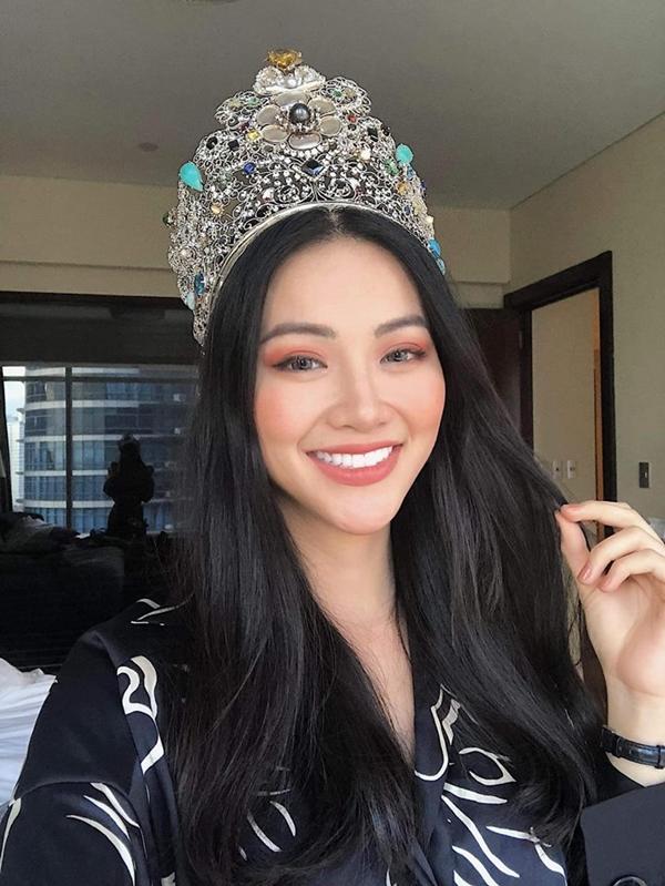 Hình ảnh Phương Khánh sau đêm chung kết Miss Earth 2018 với vương miện trên đầu.