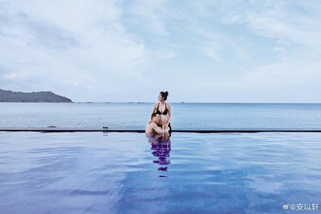 An Dĩ Hiên vàchồng doanh nhân nghỉ tại một resort sang trọng. Nữ diễn viên cho biết mang theo 17 bộ trang phục khác nhau để chụp ảnh ở Phú Quốc. Cặp đôi cũng nghỉ dưỡng ở đây 3 ngày trước khi về nước.