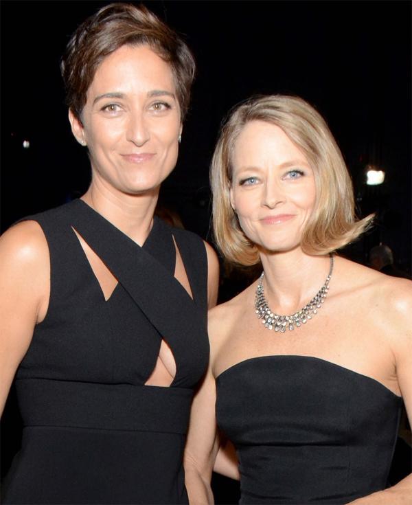 Năm 2013, nữ diễn viên nổi tiếng với phim Sự im lặng của bầy cừu Jodie Foster (bên phải) công khai là một lesbian trong bài phát biểu khi lên nhận giải thưởng tại lễ trao giải Quả cầu vàng. Năm sau đó, Jodie Foster một lần nữa trở thành tâm điểm chú ý với đám cưới cùng nữ diễn viên, nhiếp ảnh gia Alexandra Hedison.Đến nay, hai ngôi sao vẫn chung sống hạnh phúc và cùng tích cực đấu tranh cho quyền lợi của cộng đồng LGBTQ (đồng tính, song tính và chuyển giới).
