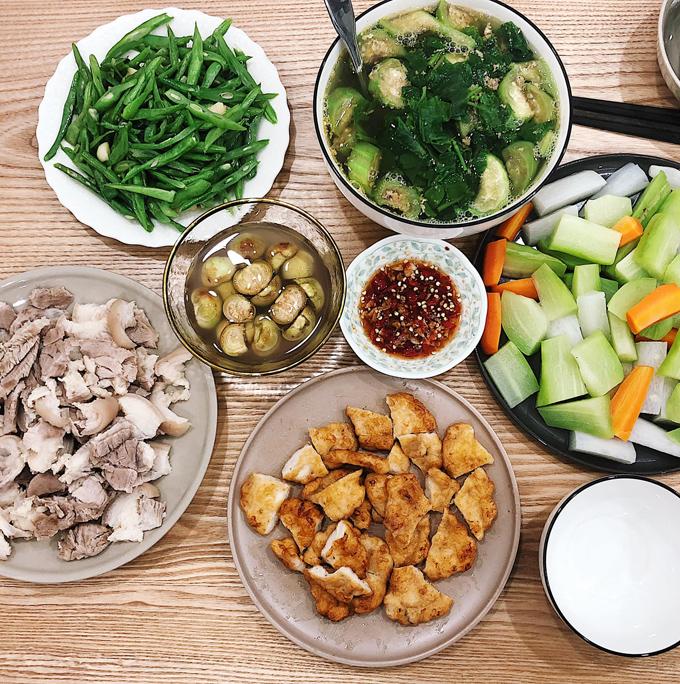 An Vũ (hay An Toe) là hình mẫu của một người trẻ năng động, thành công trong kinh doanh tại Hà Nội. Cô gái sinh năm 1989 sở hữu nhiều shop thời trang nổi tiếng và nhà hàng. Sau khi kết hôn, An Vũ còn cho thấy một hình ảnh khác là bà nội trợ khéo léo. Hình ảnh những mâm cơm gia đình với các món phù hợp theo mùa,cân đối dinh dưỡng mà An thực hiện là gợi ý cho cả hội chị em đam mê nấu nướng lẫn những người mới tập tành bếp núc.
