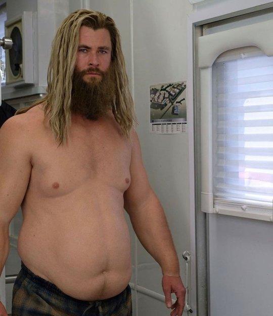 Chris Hemsworth đi lại khó khăn với chiếc bụng hơn 40kg.