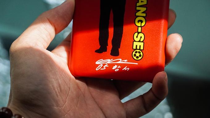 Ốp lưng này được sản xuất bằng chất liệu nhựa kết hợp cao su cho khả năng cầm nắm tốt. Sử dụng kết hợp hai màu chủ đạo của quốc kỳ Việt Nam là đỏ và vàng, khách hàng sở hữu ốp lưng còn có thêm chữ ký của huấn luyện viên Park Hang-seo ở cạnh dưới.