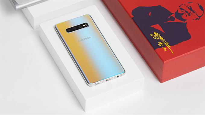 Phiên bản màu bạc của Galaxy S10+ mang lại cho khách hàng thêm chọn lựa khi có nhu cầu về một chiếc smartphone cao cấp nhiều tính năng. Mặt lưng được xử lý công phu theo phong cách gradient hiện đại mang đến khả năng biến ảo tùy thuộc vào góc nhìn. Máy cũng phản chiếu ánh sáng xung quanh, tạo nên những bức tranh màu sắc thú vị. S10+ phiên bản màu bạc mới hứa hẹn chiếm trọn sự ưu ái của người dùng.
