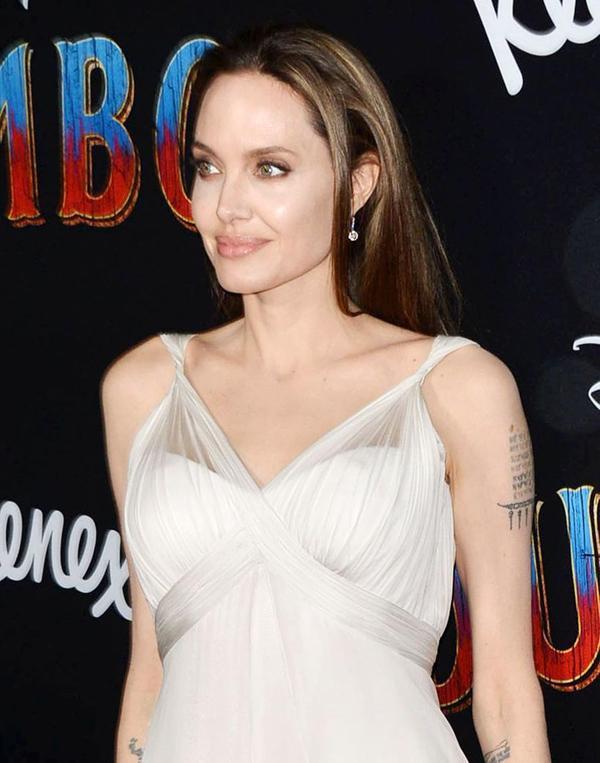 Zahara diện váy xẻ nữ tính khi cùng mẹ tới dự lễ ra mắt phim Dumbo ở Los Angeles ngày 11/3.