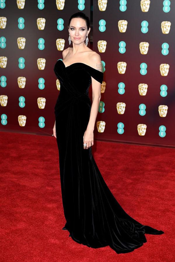 Nữ diễn viên thường có những lựa chọn tinh tế về trang phục và phụ kiện để tôn lên vóc dáng cao ráo, vòng một đầy đặn.
