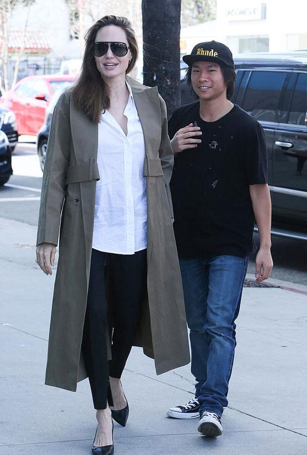 Trong cuộc sống đời thường, bà mẹ 6 con rất mộc mạc, giản dị. Jolie thú nhận bộ đồ trang điểm của cô cực kỳ sơ sài và cô hiếm khi make-up khi ra phố với các con.