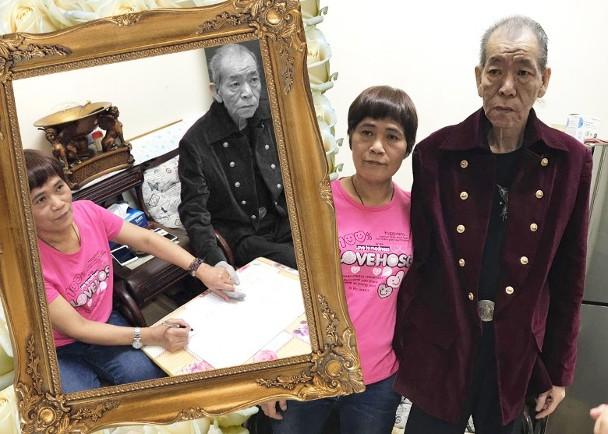Ông Lý Triệu Cơ bên vợ trong ngày đăng ký kết hôn.