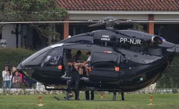 Một ngày trước đó, chân sút PSG gây chú ý khi đến sân tập bằng trực thăng riêng.