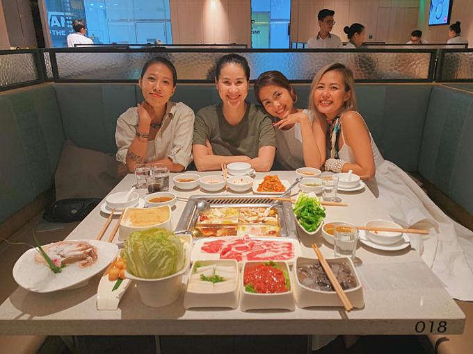Tăng Thanh Hà tụ họp ăn uống cùng hội bạn thân gồmThân Thúy Hà, Bùi Việt Hà và Thùy Trang (bà xã Phạm Anh Khoa).