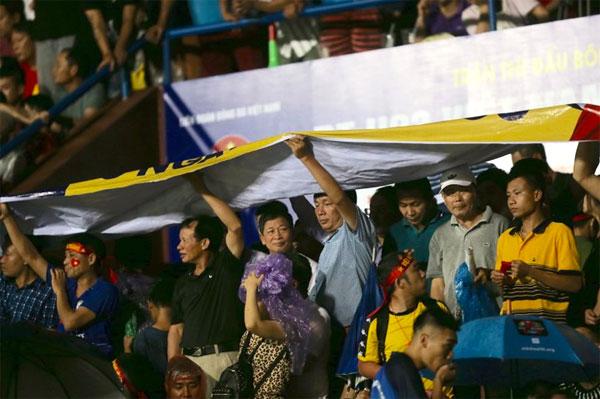 Khán giả Việt Trì lấp kín sân dù trời mưa gió.