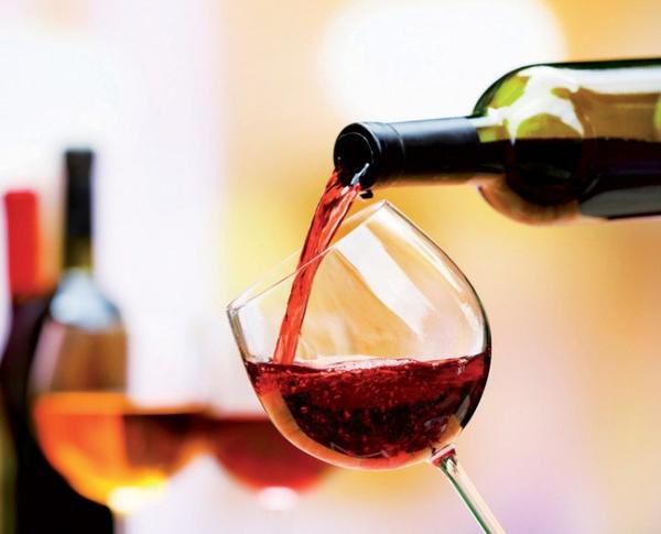 Rượu vang Rượu vang giàu axit, chromogen và tannin, những hợp chất làm tăng khả năng bám màu lên men răng khiến răng bị nhuộm màu.