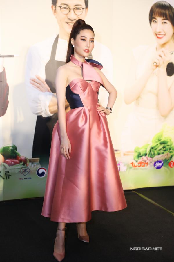 Dàn khách mời của show cũng đến tham gia buổi họp báo. Trong ảnh là diễn viên Diễm My khoe vẻ thanh lịch với váy