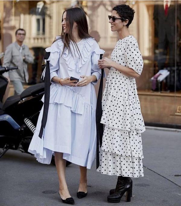 Các mẫu váy trắng đen mang đường nét cổ điển được nhiều tín đồ thời trang ưa chuộng. Họ làm sống dậy xu hướng thịnh hành ở nhiều mùa thời trang trước.