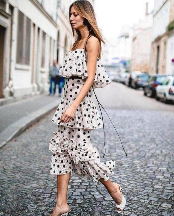 Các nhà mốt còn thể hiện sự sáng tạo để mang tới nhiều mẫu váy tôn nét gợi cảm và khiến phái đẹp ấn tượng hơn khi xuống phố. Trong đó phải kể đến các mẫu váy khoe vai trần, đầm xếp tầng.