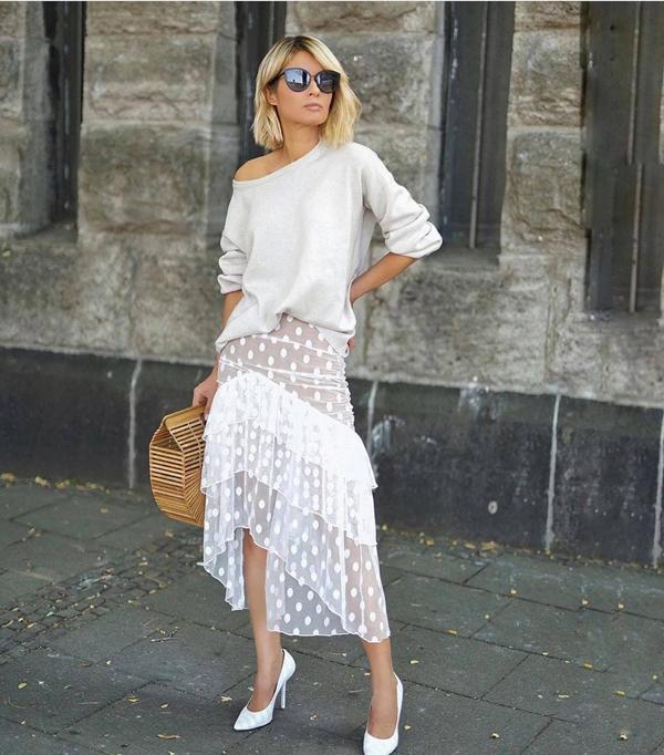 Vải chấm bi trong suốt được dùng để mang tới các kiểu đầm dáng dài, chân váy vạt xép, váy xếp tầng cho các cô nàng yêu phong cách sexy.