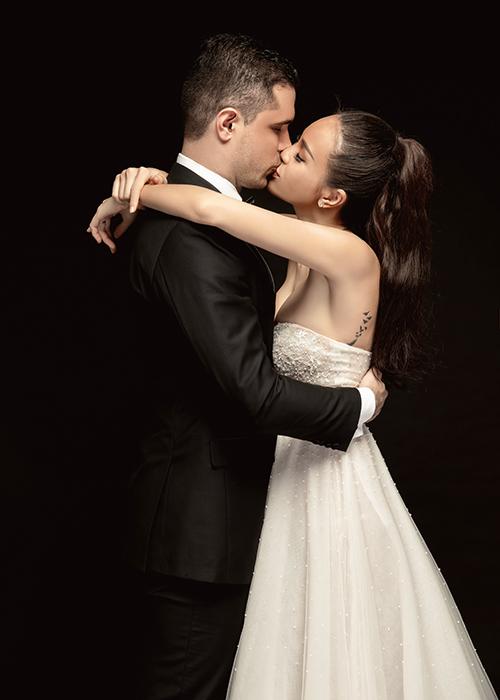 Ngày 5/6, Phương Mai (1990, MC) và chồng tương lai Marcin Miller (giám đốc tập đoàn tư vấn tài chính, 1985) đã chụp hình cưới ở studio Hà Nội cách ngày trọng đại chỉ hơn 1 tuần. Trong bộ hình, cô dâu Phương Mai dành nụ hôn ngọt ngào và những cử chỉ ấm áp cho nửa kia.