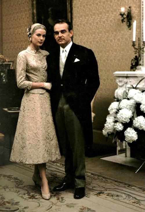 Chiếc váy mà Charlotte chọn làm người hâm mộ nhớ về mẫu đầm ren họa tiết hoa hồng được thiết kế bởi MGM Helen Rose mà bà ngoại cô đã mặc trong hôn lễ với Hoàng tử Rainier của Monaco năm 1956.