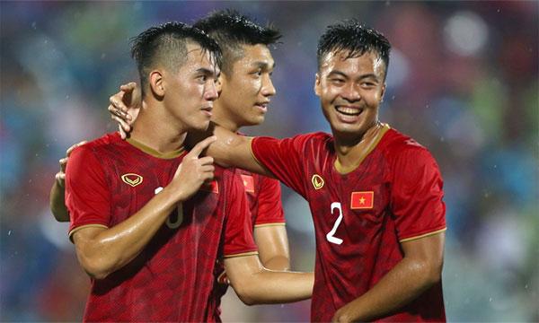 TIến Linh (trái) ghi bàn thắng ấn định chiến thắng 2-0 cho Việt Nam.