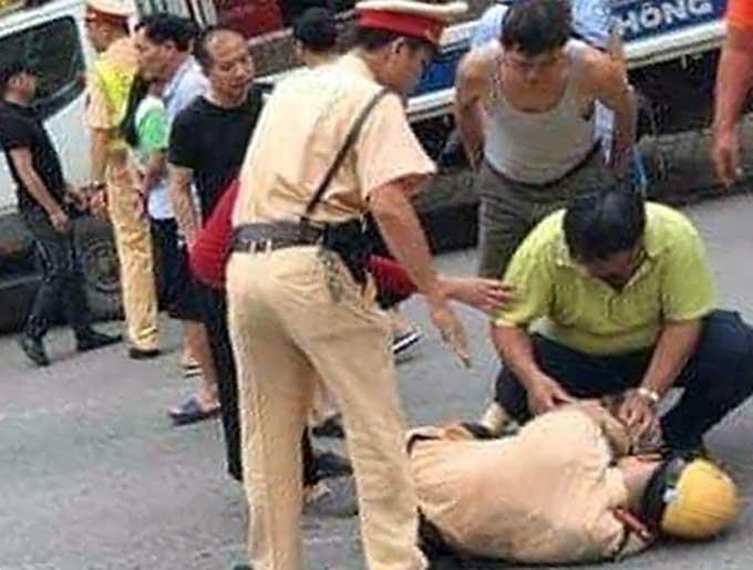 Trung uý CSGT Trần Đoàn bị tông gục trên Quốc lộ 32. Ảnh: Xuân Đoàn