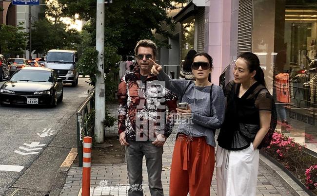 Sina đăng ảnh vợ chồng Củng Lợi vàJean-Michel Jarre tay trong tay trên một con phố ở Nhật Bản. Cặp đôi trông rất phong cách khi sánh vai nhau xuống phố. Ở tuổi 71, ông xã của mỹ nhân Đèn lồng đỏ treo cao bảnh bao, khỏe khoắn, trang phục ông mặc như của lớpthanh niên.