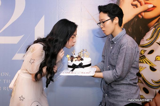 Fans của Jun Vũ còn bí mật chuẩn bị bánh kem, hoa và hát mừng côbước sang tuổi mới.