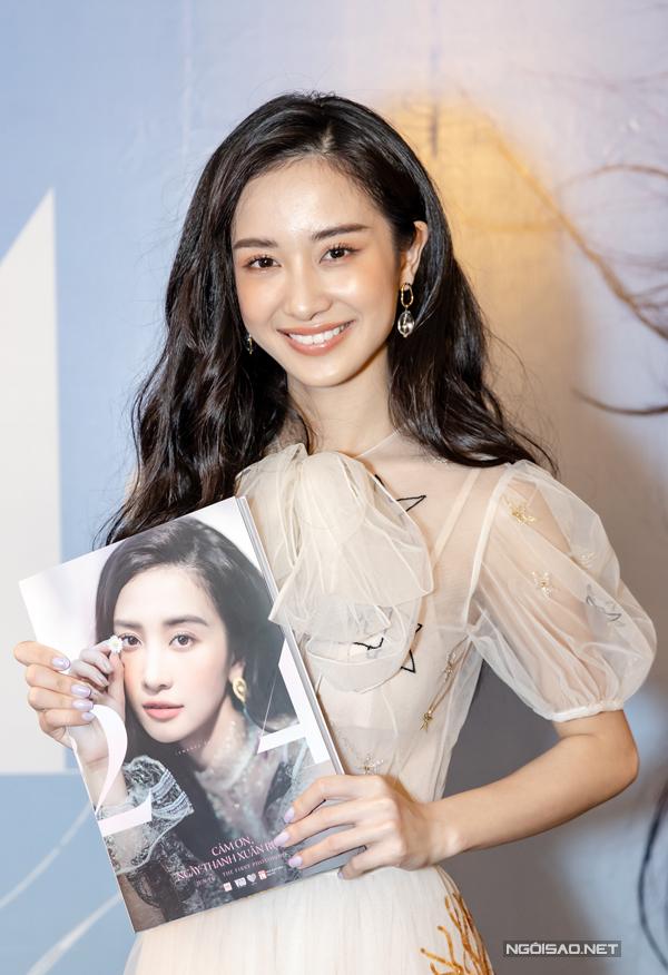 Có thời điểm nữ diễn viên thường xuyên xuất hiện với phong cách sexy nhưng trong photobook cô lại chuyển sang style nữ tính, kín đáo. Lý giải điều này, Jun Vũ cho biết cô từng thử nghiệm hình ảnh gợi cảm nhưng cảm thấy chưa phù hợp. Hơn nữa fan của cô hầu hết đều là học sinh, sinh viên nên cô cân nhắc kỹ lưỡng và chọn hình tượng trẻ trung.