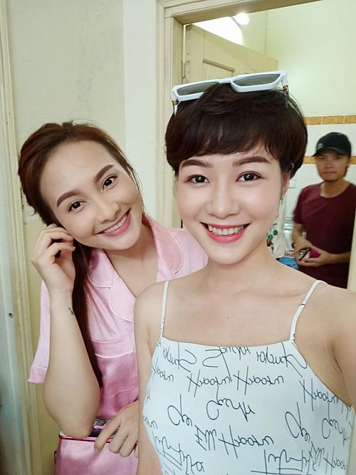 Kim Ngọc thân thiết với Bảo Thanh tại hậu trường phim Về nhà đi con.