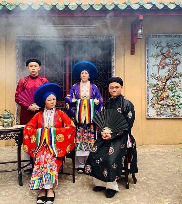 Vân Trang (ngồi bên trái) và nhạc sĩ Trịnh Tú Trung (ngồi bên phải) trong một cảnh phim Phượng Khấu.
