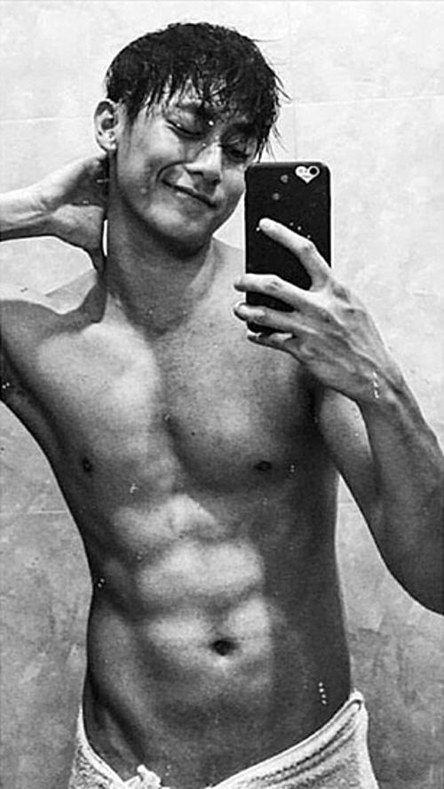Rocker Nguyễn đăng bức ảnh khoe body 6 múi trong quá khứ để làm động lực giảm cân: Ai cũng bảo ăn nhiều mặt nọng với cả béo nên mình để hình này ở đây để làm động lực quyết tâm sẽ béo hơn.Đùa đấy cho mình 2 tháng giảm cân nhé.