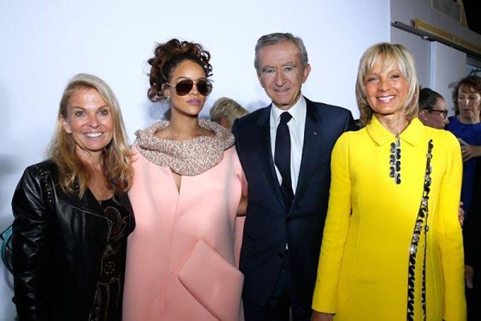 Rihanna và ông trùm thời trang xa xỉ Bernard Arnault. Ảnh: Forbes.đang tiếp tục thỏa thuận với LVMH để tạo nên thương hiệu thời trang mới thuộc sở hữu của cô. Cô cũng sẽ trở thành nhà thiết kế nữ da màu đầu tiên của tập đoàn đình đám này. Dự kiến, quần áo, giày dép, phụ kiện và trang sức cao cấp là những mặt hàng chủ yếu mà Rihanna sẽ ra mắt.