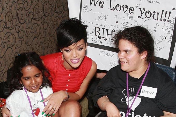 Rihanna cũng là một trong số những ngôi sao tham gia các hoạt động xã hội tích cực nhất. Năm2012, Rihanna thành lập Quỹ từ thiện Clara Lionel, đặt theo tên của bà nội cô với mong muốn hỗ trợgiáo dục và chăm sóc sức khỏe cho trẻ em trên toàn thế giới. Cô cũng tổ chức một đêm nhạc mang tênDiamond Ball hàng năm để quyên góp tiền cho các tổ chức từ thiện.Trong suốt sự nghiệp của mình, Rihanna đã trở thành một biểu tượng toàn cầu có ảnh hưởng lớn với các thương hiệu của cô phát triển mạnh và giá trị ròng ngày càng tăng. Ảnh: The star.