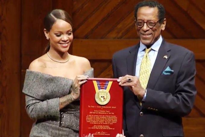 Tháng 2/2017 Rihanna đượcĐại học Harvard trao tặng danh hiệu Nhà từ thiện của Năm (2017) với những hoạt động từ thiện của mình. Ảnh: The Sun.
