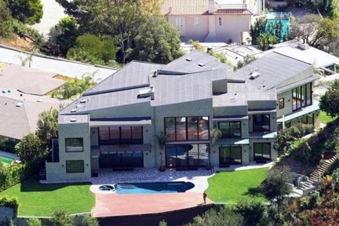 Với khối tài sản khổng lồ, Rihanna sở hữu nhiều biệt thự trị giá hàng chục triệu USD. Đây là một trong những căn biệt thự đình đám của Rihanna tại Hollywood Hills, Los Angeles, Mỹ. Hiện nữ ca sĩ 31 tuổi sinh sống ở London trong căn biệt thự có giá thuê 38 triệu USD/năm. Ảnh:Latimes.