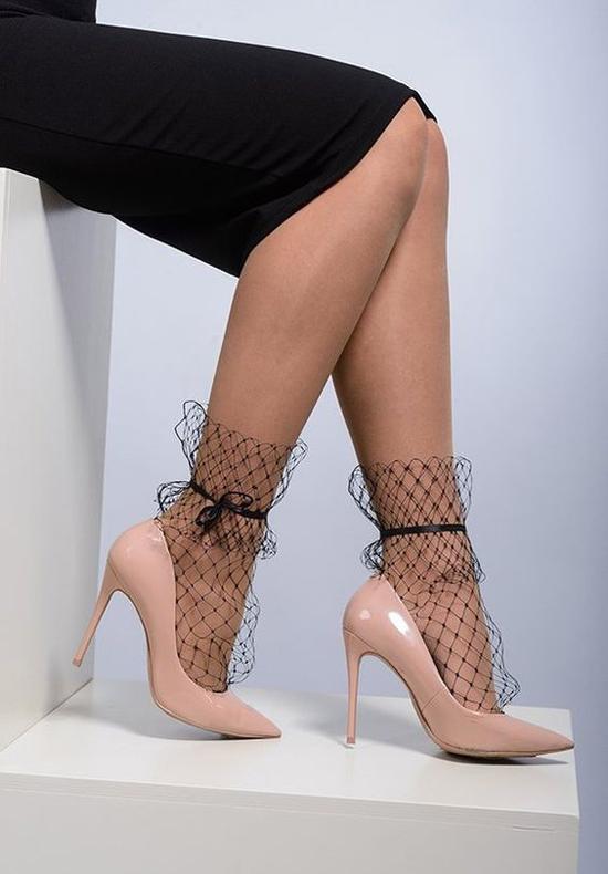 Để khoe mẫu phụ kiện nhỏ xinh, đi kèm các kiểu giầy cao gót một cách hiệu quả, các nàng nên chọn những mẫu váy ngắn, váy dài qua gối, váy xẻ caokhi mix đồ.