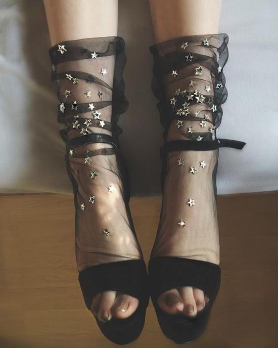 Bên cạnh các kiểu váy phù hợp với không khí tiệc tùng là giầy cao gót hài hòa với trang phục dạ hội. Ngoài ra, những kiểu tất tôn nét yêu kiều cho đôi chân cũng được nhiều nàng đỏm dáng quan tâm.