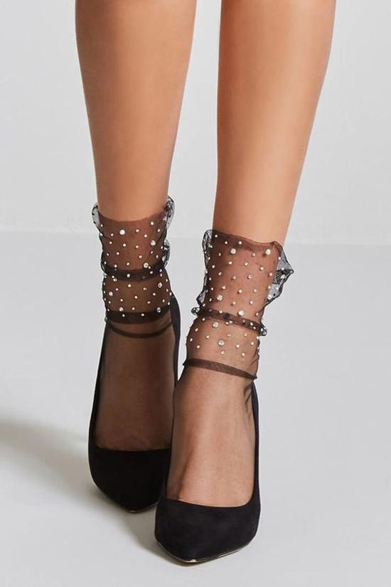 Thông thường phái đẹp chỉ sử dụng các kiểu giầy cao gót hợp mốt để tôn chiều cao và thể hiện sự sành điệu. Nhưng trong xu hướng mới, dùng các kiểu tất lưới để tăng sức hút cho đôi chân là trào lưu được ưa chuộng.