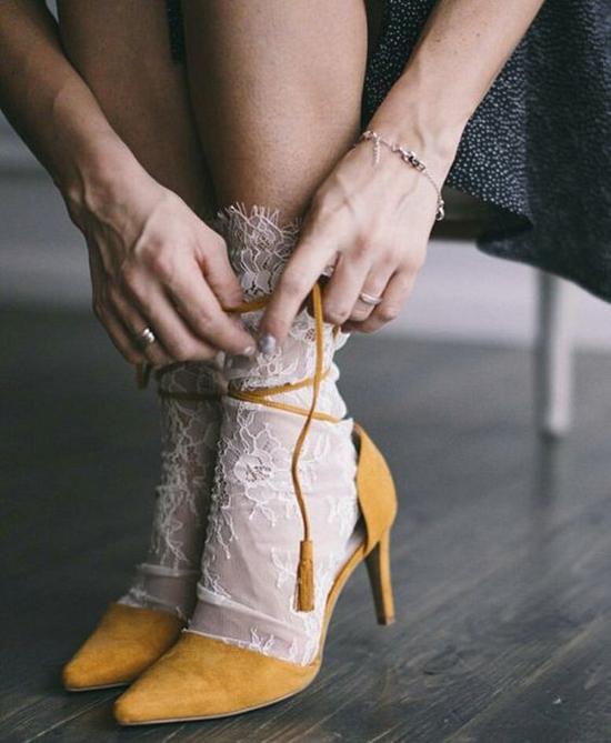 Những loại vải trong suốt, vải lưới mềm mại được chọn lựa để mang tới nhiều kiểu tất điệu đà cho phái đẹp.