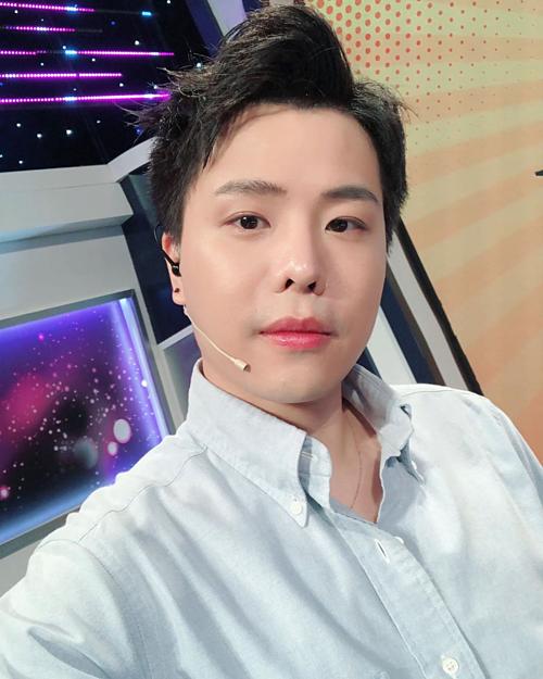Trịnh Thăng Bình selfie khi tham gia một gameshow. Nam ca sĩ bị fan chê trang điểm đậm và bị lây bệnh béo giống danh hài Trấn Thành.
